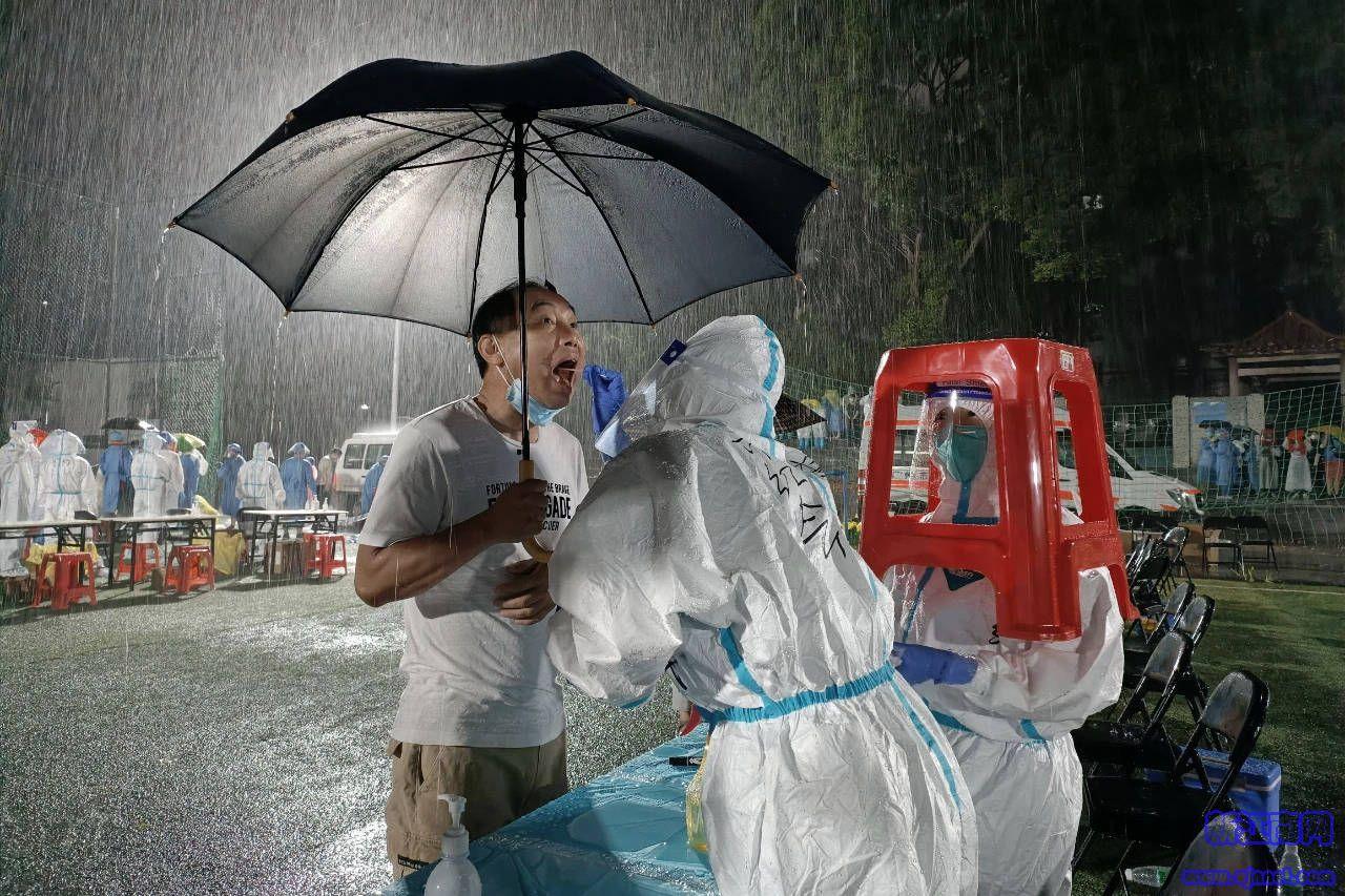 感人!暴雨中广州核酸采样护士坚守一线