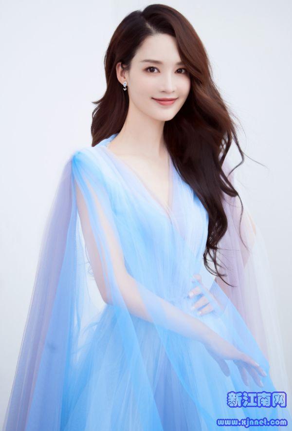 """李沁的身材是上帝亲手捏的?看她穿起""""液体裙""""后,这身材也太撩了"""